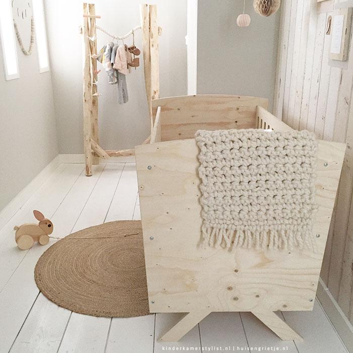 Babykamer hout kinderkamerstylist - Babykamer beige en wit ...