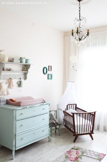 onze mintgroene babykamer / kinderkamer met commode en rol trolley, Deco ideeën