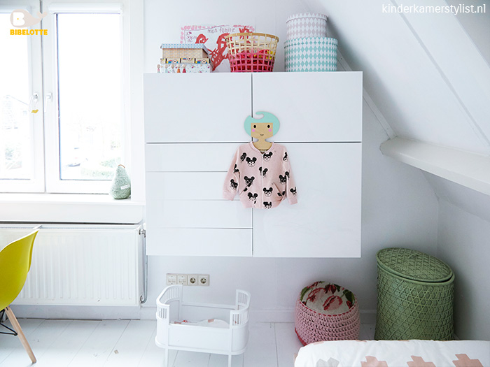 Ideeen Roze Kinderkamer : Babykamer aankleding licht roze grijs en wit met zilveren sterren